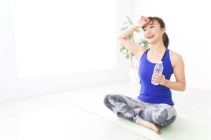 水分を摂取するスポーツウェアの女性の写真素材 [FYI04713250]