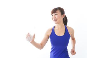 水分を摂取するスポーツウェアの女性の写真素材 [FYI04713252]