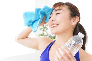 水分を摂取するスポーツウェアの女性の写真素材 [FYI04713253]