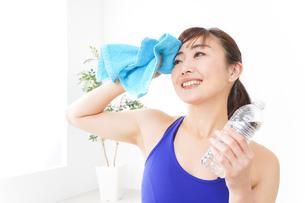 水分を摂取するスポーツウェアの女性の写真素材 [FYI04713254]