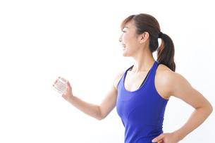 水分を摂取するスポーツウェアの女性の写真素材 [FYI04713255]