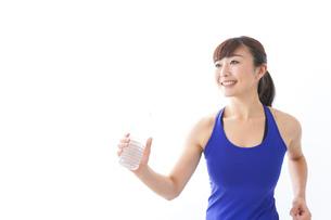 水分を摂取するスポーツウェアの女性の写真素材 [FYI04713256]