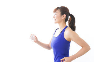水分を摂取するスポーツウェアの女性の写真素材 [FYI04713258]