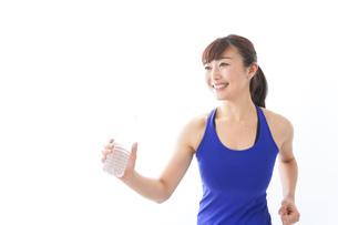 水分を摂取するスポーツウェアの女性の写真素材 [FYI04713259]