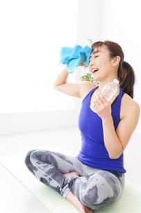 水分を摂取するスポーツウェアの女性の写真素材 [FYI04713260]