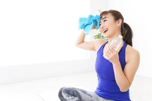 水分を摂取するスポーツウェアの女性の写真素材 [FYI04713261]