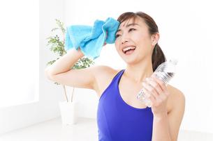 水分を摂取するスポーツウェアの女性の写真素材 [FYI04713262]