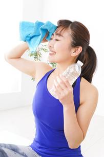 水分を摂取するスポーツウェアの女性の写真素材 [FYI04713263]