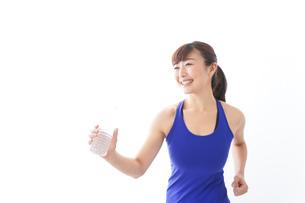 水分を摂取するスポーツウェアの女性の写真素材 [FYI04713264]