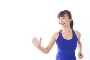 水分を摂取するスポーツウェアの女性の写真素材 [FYI04713265]