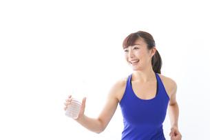 水分を摂取するスポーツウェアの女性の写真素材 [FYI04713266]