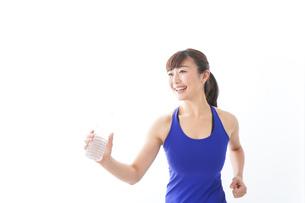水分を摂取するスポーツウェアの女性の写真素材 [FYI04713267]