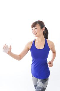 水分を摂取するスポーツウェアの女性の写真素材 [FYI04713268]