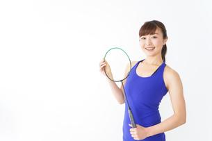 ラケットを持つ若い女性の写真素材 [FYI04713270]
