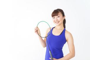 ラケットを持つ若い女性の写真素材 [FYI04713275]