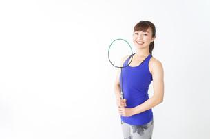 ラケットを持つ若い女性の写真素材 [FYI04713276]