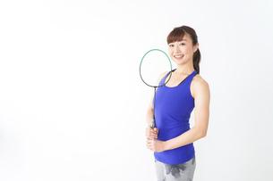 ラケットを持つ若い女性の写真素材 [FYI04713277]