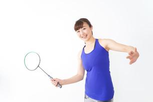ラケットを持つ若い女性の写真素材 [FYI04713278]