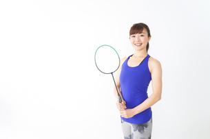 ラケットを持つ若い女性の写真素材 [FYI04713279]