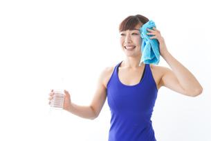 水分を摂取するスポーツウェアの女性の写真素材 [FYI04713280]