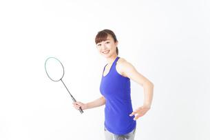 ラケットを持つ若い女性の写真素材 [FYI04713281]