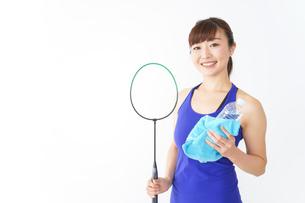 ラケットを持つ若い女性の写真素材 [FYI04713282]