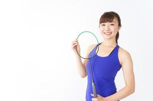 ラケットを持つ若い女性の写真素材 [FYI04713284]