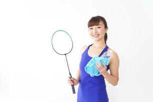 ラケットを持つ若い女性の写真素材 [FYI04713285]