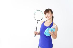 ラケットを持つ若い女性の写真素材 [FYI04713286]