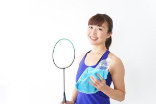 ラケットを持つ若い女性の写真素材 [FYI04713287]