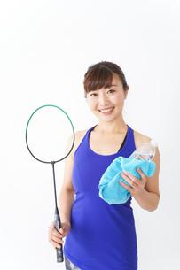 ラケットを持つ若い女性の写真素材 [FYI04713288]