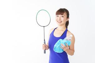 ラケットを持つ若い女性の写真素材 [FYI04713289]