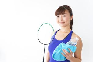 ラケットを持つ若い女性の写真素材 [FYI04713290]