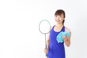 ラケットを持つ若い女性の写真素材 [FYI04713291]