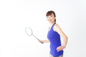 ラケットを持つ若い女性の写真素材 [FYI04713292]