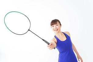 ラケットを持つ若い女性の写真素材 [FYI04713293]