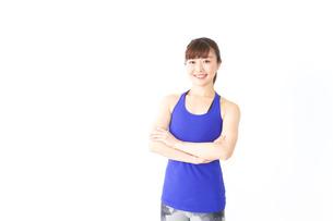 筋肉を鍛えるスポーツウェアを着た女性の写真素材 [FYI04713295]