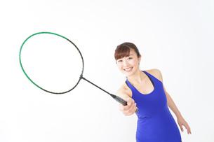 ラケットを持つ若い女性の写真素材 [FYI04713297]