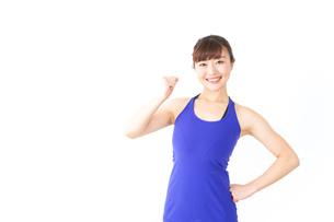 筋肉を鍛えるスポーツウェアを着た女性の写真素材 [FYI04713299]