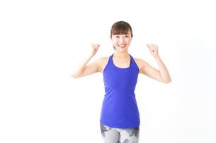 筋肉を鍛えるスポーツウェアを着た女性の写真素材 [FYI04713300]