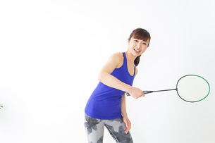 ラケットを持つ若い女性の写真素材 [FYI04713301]