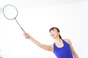 ラケットを持つ若い女性の写真素材 [FYI04713302]