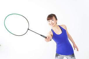 ラケットを持つ若い女性の写真素材 [FYI04713305]