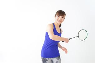 ラケットを持つ若い女性の写真素材 [FYI04713309]