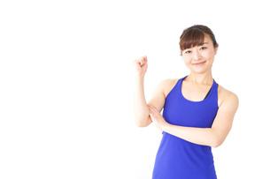 筋肉を鍛えるスポーツウェアを着た女性の写真素材 [FYI04713310]