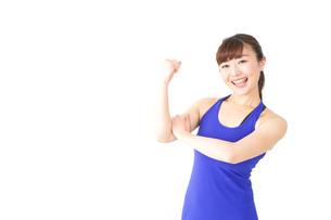 筋肉を鍛えるスポーツウェアを着た女性の写真素材 [FYI04713315]