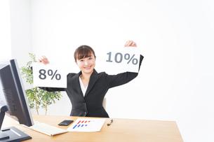 消費税増税の対応をする若いビジネスウーマンの写真素材 [FYI04713365]