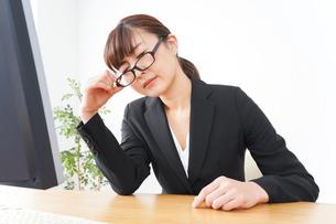 過労・長時間労働・残業に苦しむビジネスウーマンの写真素材 [FYI04713407]