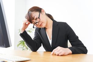 過労・長時間労働・残業に苦しむビジネスウーマンの写真素材 [FYI04713409]