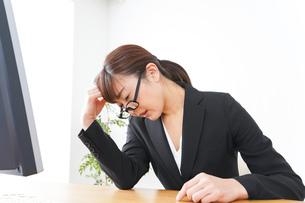 過労・長時間労働・残業に苦しむビジネスウーマンの写真素材 [FYI04713410]